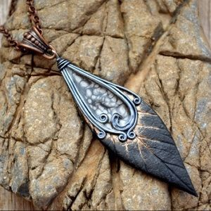 Jewelry - 🆕🌹 BLACK AND SILVER LEAF PENDANT NECKLACE